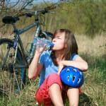 femme et vélo — Photo