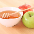 Bowl of honey and apple — Stock Photo