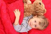 躺在床上的小男孩 — 图库照片