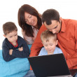 familj med laptop — Stockfoto