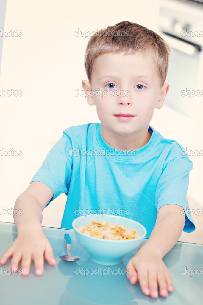 6 years old boy eating cereals - kids and family — Stock Photo #4697107