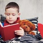 Чтение книги — Стоковое фото