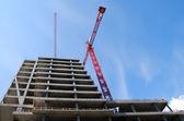 Stål kran på byggnadsplatsen — Stockfoto