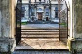 Oude trappen en poort — Stockfoto