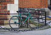 Old bicycle on city street — Stockfoto