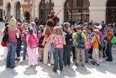Turistas en la plaza principal de cracovia — Foto de Stock