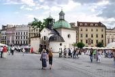 Turystów na rynku głównym w krakowie — Zdjęcie stockowe