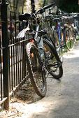 在城市街道上的自行车 — 图库照片