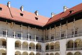 Arcadas del renacimiento. castillo real de wawel en cracovia — Foto de Stock