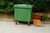 Green wheelie recycle bin — Stock Photo