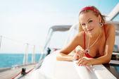 Flicka på en yacht — Stockfoto