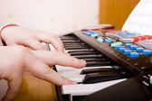 Piyano çalan çocuk — Stok fotoğraf
