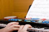 Jouer au piano jouet — Photo