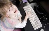 Küçük kız ve bilgisayar — Stok fotoğraf