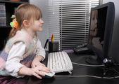 Liten flicka och dator — Stockfoto
