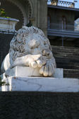 Marble sculpture of sleeping lion by the Vorontsovsky palace — Stock Photo