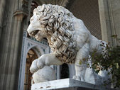 Marble sculpture of lion by the Vorontsovsky palace — Stock Photo