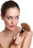 Молодая женщина с макияж кисти. — Стоковое фото