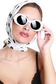 красивая брюнетка в солнцезащитные очки — Стоковое фото