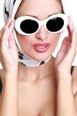 Mujer joven en gafas de sol. — Foto de Stock