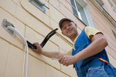 Installer sets a new air conditioner — Stockfoto