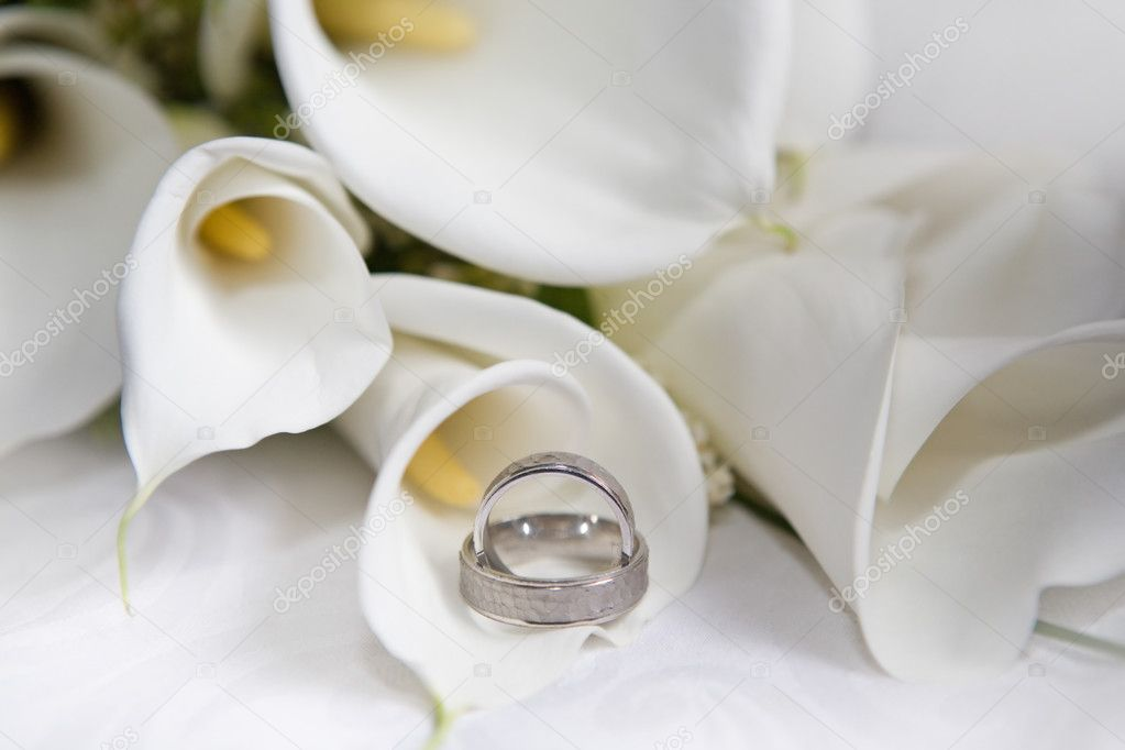 Wedding rings with calla bouquet  — Stock Photo #3223670
