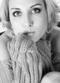 Vrouw in wollen trui — Stockfoto