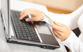 Hands holding credit card and laptop. Shallow DOF — Stock Photo