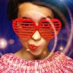 junges Mädchen mit lustigen Sonnenbrille — Stockfoto