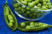 Zelený hrášek ve skleněné míse — Stock fotografie