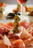 Prosciutto con olive verdi — Foto Stock