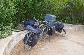 Parijs. Outcast slaapt op straat in de buurt van door de fiets met dingen — Stockfoto