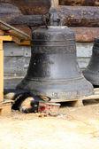 Hund skyddar bells.wooden ortodoxa kyrkan i namn av cover all-helgedom mor — Stockfoto