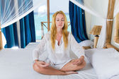 молодая красивая женщина размышляет на кровати, океан на фоне в победу — Стоковое фото