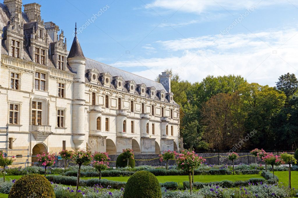 Castle of a valley of the river Loire. France. Chateau de Chenonceau — Stock Photo #3799736