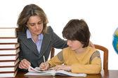 Anne çocuğunu ev ödevlerinde yardım etmek — Stok fotoğraf