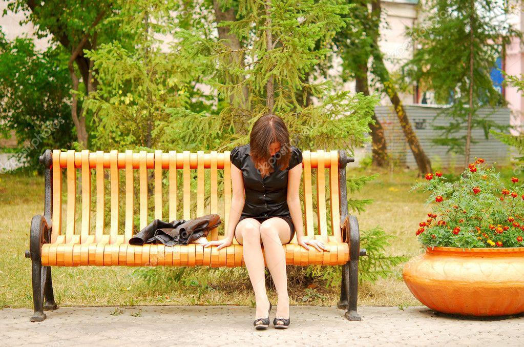 Фото женщин на скамейке 18 фотография