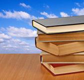 Libri sulla scrivania — Foto Stock