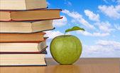 Livros e maçã verde — Fotografia Stock