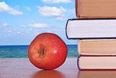 Libros y manzana roja — Foto de Stock