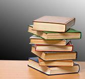σωρός από βιβλία στο γραφείο — Φωτογραφία Αρχείου