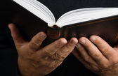 Man reading book — Stockfoto