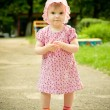 Little girl in park — Stockfoto