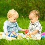 duas crianças brincando no parque — Foto Stock