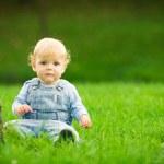 menino na grama — Foto Stock