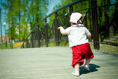 Little girl walks — Foto Stock