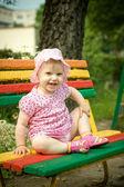 Parktaki bankta küçük kız — Stok fotoğraf