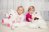 Duas garotas com ursos de pelúcia — Foto Stock