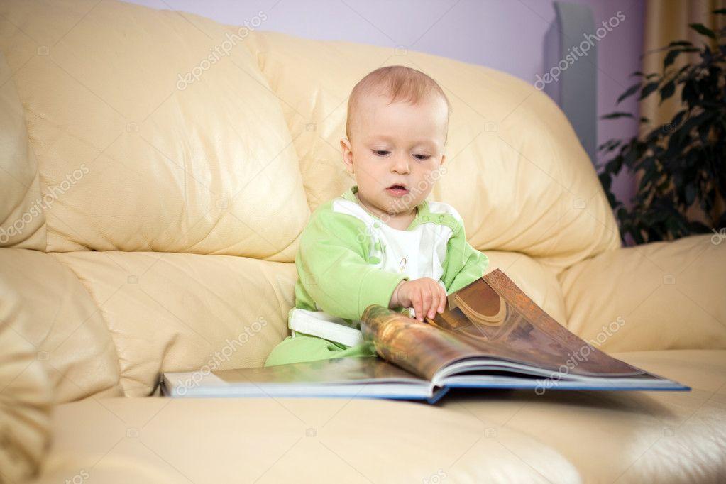 宝宝看书 — 图库照片08ababaka#2763825