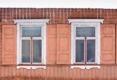 Dwa okna wieku i sopel — Zdjęcie stockowe